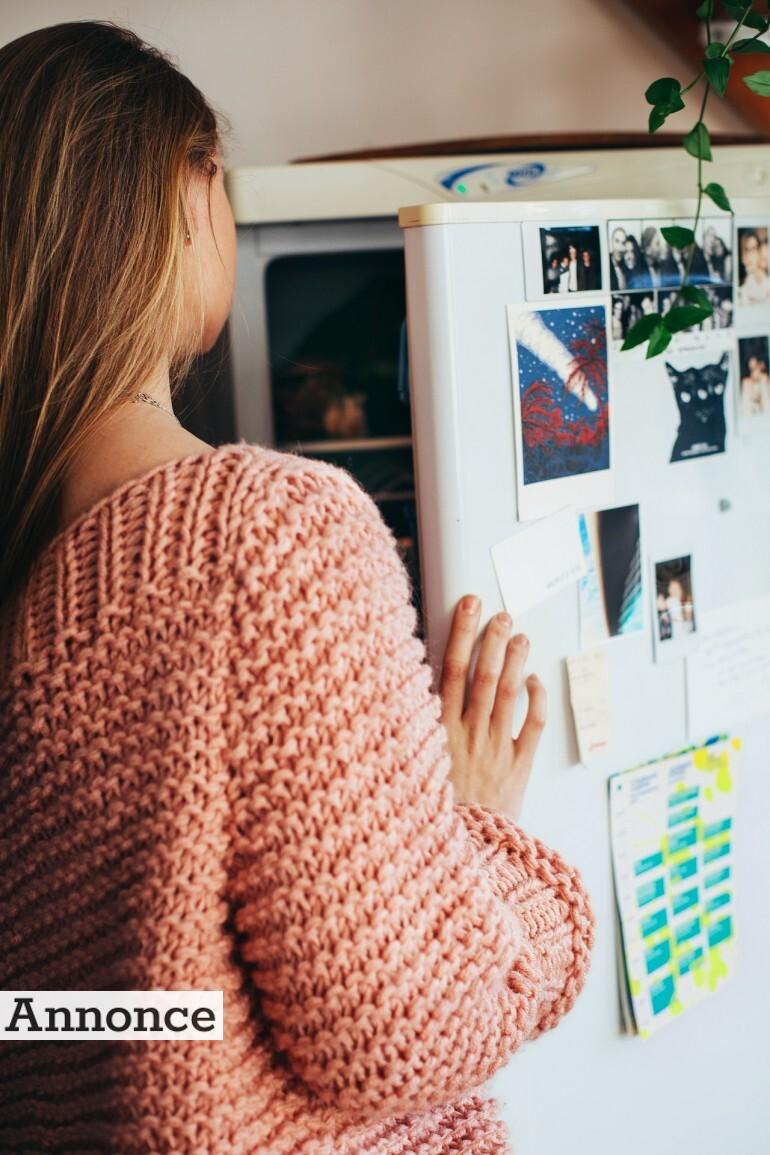 Kvinde kigger i et køleskab